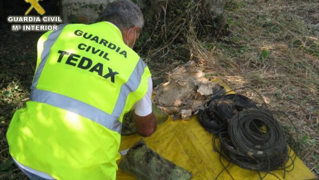 La Guardia Civil retira restos de material explosivo en mal estado en la vivienda de un pocero muerto hace años en Moaña.