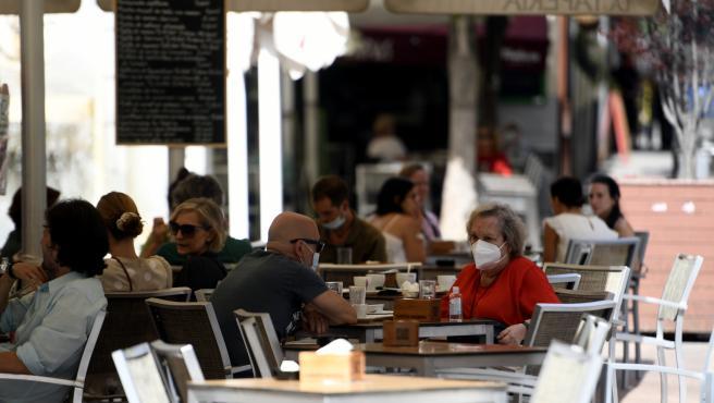 Varias personas disfrutan en una terraza de un bar, en Madrid (España) a 30 de julio de 2020.