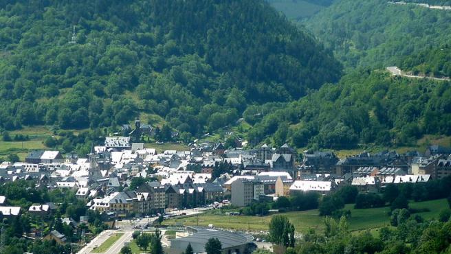 La capital del valle de Arán se encuentra a casi 1.000 metros de altitud y es un lugar ideal para visitar en cualquier momento del año. En verano, las opciones de actividades al aire libre son numerosas. El pueblo también merece la pena. (Foto: Wikipedia/Isidre Blanc).