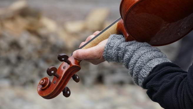 Una persona toca el violín.