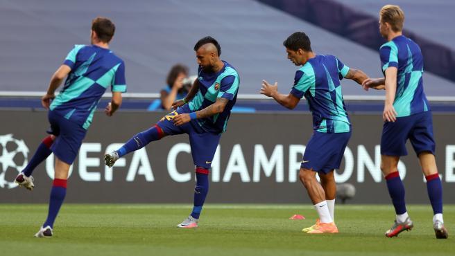 Los jugadores del Barcelona calientan antes del partido con el Bayern