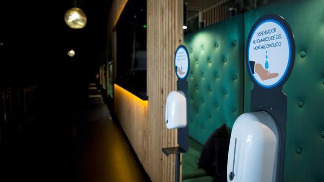 Imagen de archivo de un dispensador de gel hidroalcóholico y mamparas a la entrada de una discoteca en Madrid.