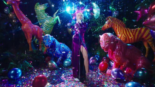 Miley Cyrus estrena 'Midnight Sky' entre rumores de ruptura con Cody Simpson