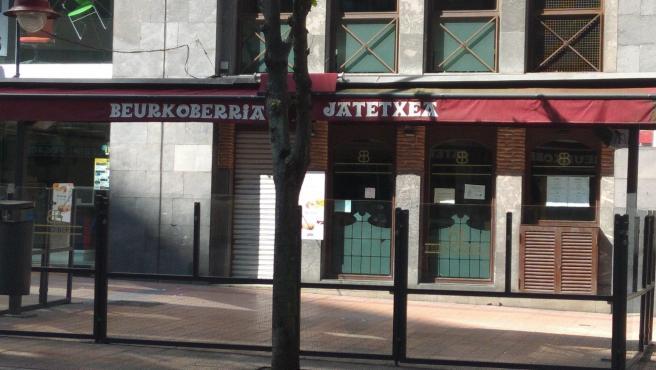 Terraza vacía de un bar en Barakaldo
