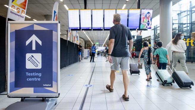 Viajeros en el centro de pruebas de Covid-19 en el aeropuerto de Schiphol (Holanda).