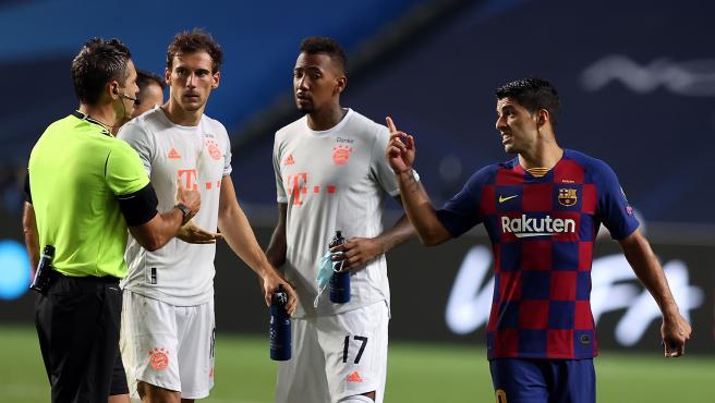 El delantero del Barcelona protesta una decisión al árbitro.