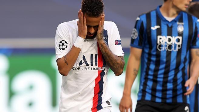 Neymar se lamenta tras fallar una ocasión ante el Atalanta.