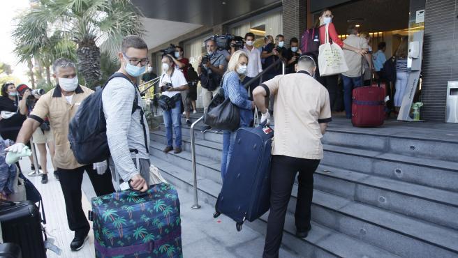 Viajeros procedentes de Alemania llegan al hotel en el que se alojarán tras su llegada a Palma el día en que arrancaba el plan piloto de turismo, hace dos meses.