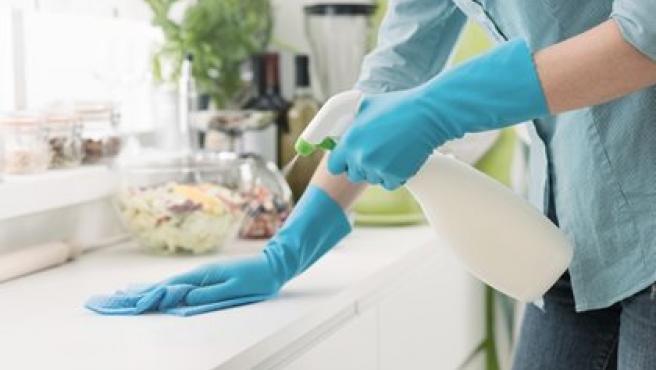 Imagen de archivo de una persona desinfectando su casa.