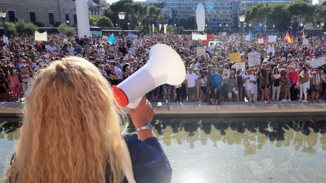 Vista de los asistentes a la manifestación en la Plaza de Colón de Madrid convocada en redes sociales en contra del uso de las mascarillas.