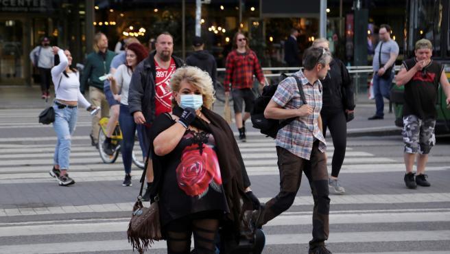 Varios peatones cruzan un paso de cebra en Helsinki, Finlandia, un país en el que, como en el resto de los países nórdicos, el uso de las mascarillas ha sido hasta ahora muy marginal.