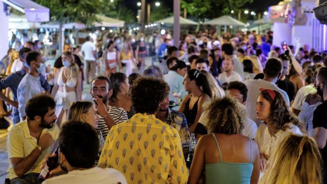 Ambiente de un local de ocio nocturno del Puerto de Ibiza y el barrio de La Marina en la noche de este viernes.