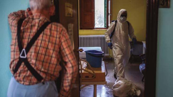 Un hombre espera a que desinfecten su habitación en una residencia de mayores.