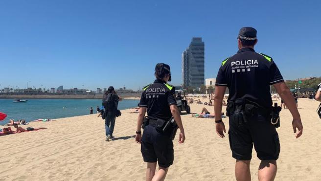 Agentes de la Guardia Urbana en la playa de Barcelona en una imagen de archivo