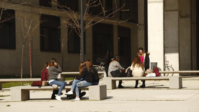 Jóvenes estudiantes universitarios.