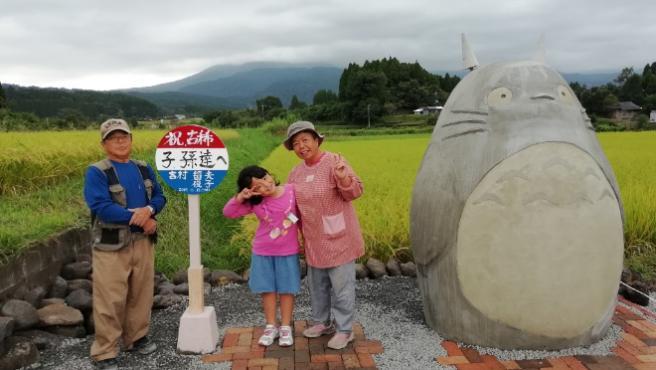 Unos abuelos japoneses crean un Totoro a tamaño real para sus nietos