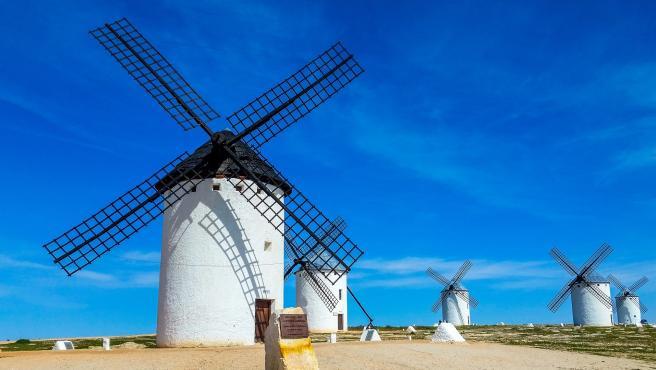 Son varias las localizaciones de estos molinos que sirven para moler el grano y que popularizó para siempre Cervantes en 'El Quijote'. Los de Campo de Criptana o Consuegra, ya en la provincia de Toledo, son de una gran belleza.