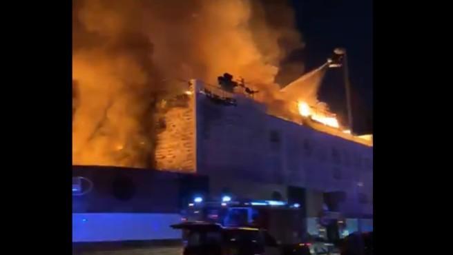 xUn incendio que se ha registrado esta madrugada en un hotel de Marbella (Málaga) ha obligado a desalojar este establecimiento y un edificio contiguo, según ha informado a Efe un portavoz de Emergencias 112 Andalucía.