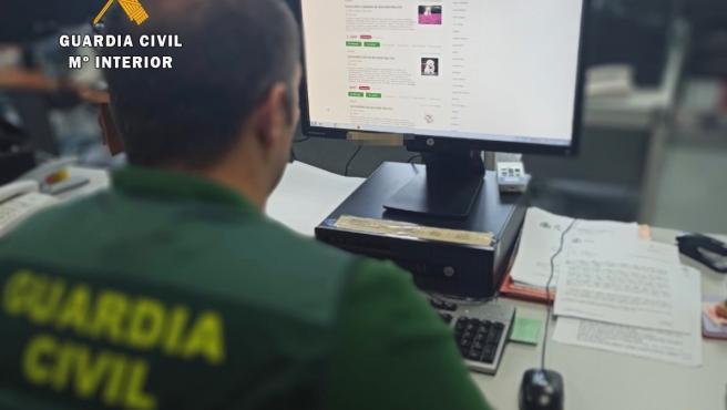 Agente de la Guardia Civil investigando