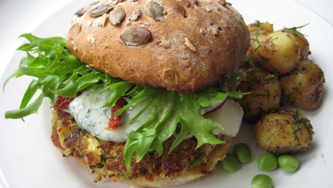 Ricas en proteína y fibra, las hamburguesas veganas pueden tener diferentes bases.