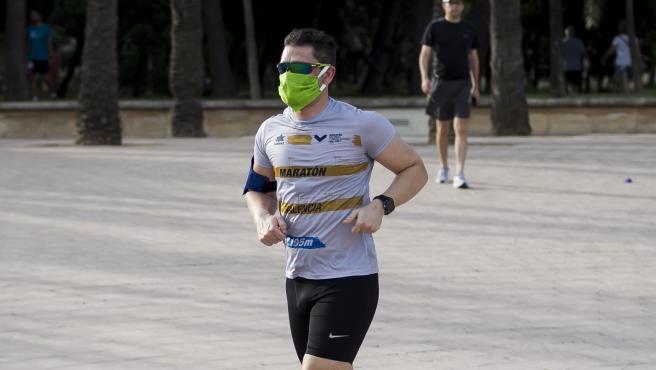 Imagen de archivo un hombre practicando running con mascarilla en Valencia.