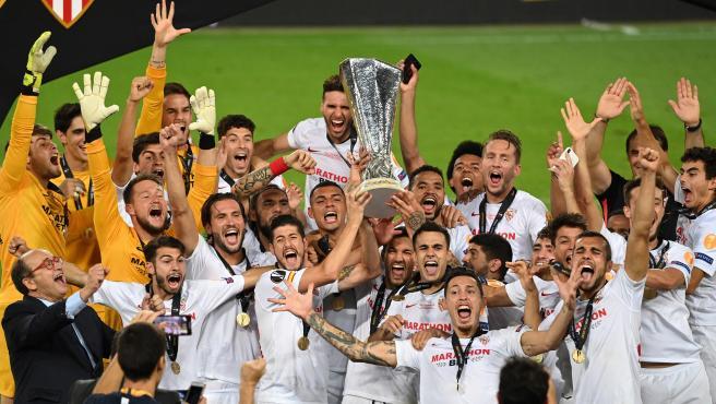 Los jugadores del Sevilla levantan la Europa League