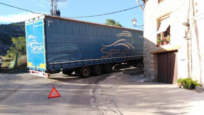 Un camión atascado en Montoro de Mezquita