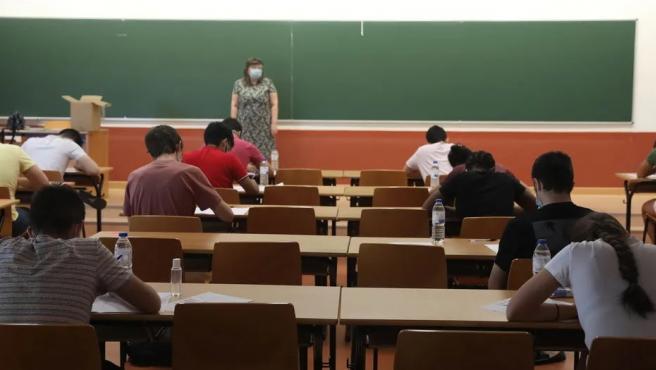Estudiantes realizando la EVAU durante la pandemia.