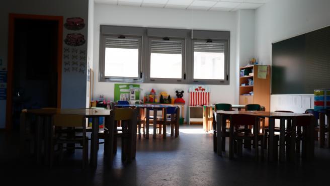 Sillas y mesas de un aula en el interior del Colegio Nobelis de Valdemoro.