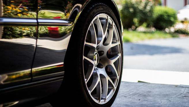 El mantenimiento de los componentes del vehículo es fundamental y eso incluye las ruedas, ya que si están en mal estado afectarán a la conducción y generarán un esfuerzo extra al propulsor, notándose en el depósito de combustible.