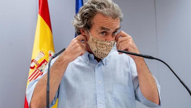 Fernando Simón se coloca la mascarilla durante su comparecencia este lunes.