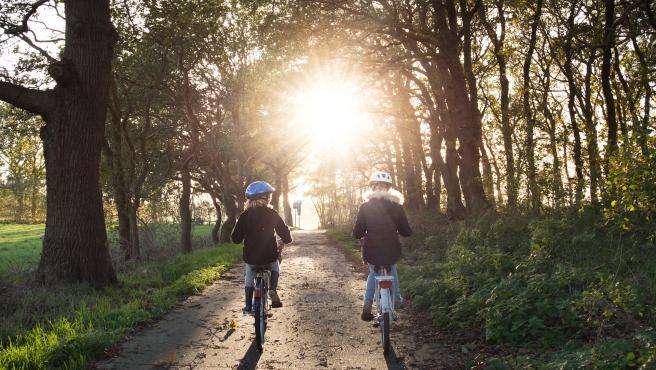 Los más pequeños disfrutan de sus paseos en bici.