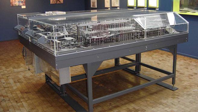 Réplica de la Z1 –primera computadora programable de la historia– en el Museo Alemán de Tecnología –Berlín–