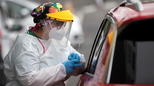 Una sanitaria toma una muestra para un test de coronavirus en La Coruña.