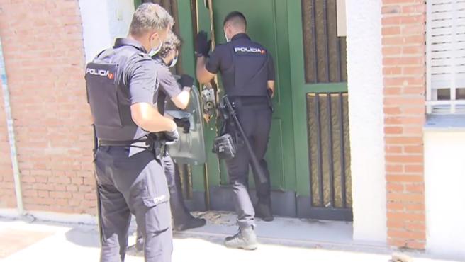 Momento en el que la Policía Nacional consiguió entrar en la vivienda de la periodista.