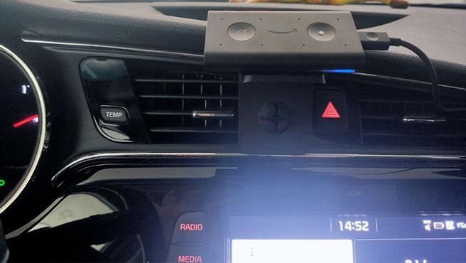 Echo Auto de Amazon se coloca –con el adaptador– en la rejilla de ventilación del coche.