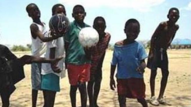 Varios niños jugando al fútbol