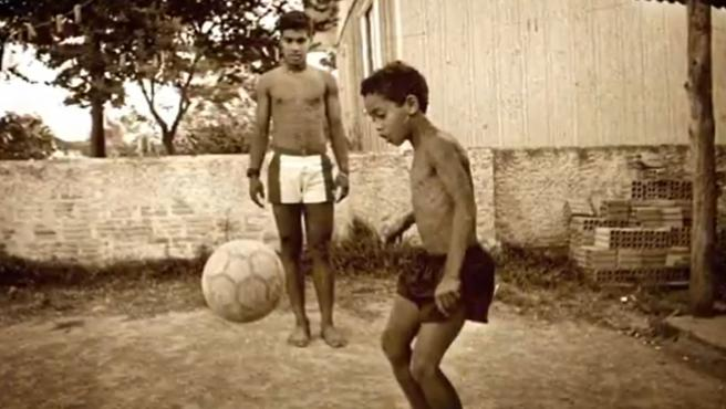 Ronaldinho, de niño con una pelota