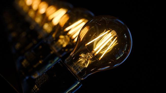 La realidad es que el mérito fue de varios científicos distintos y Edison lo que hizo fue mejorarla y popularizarla y hacerla accesible a todo el mundo.