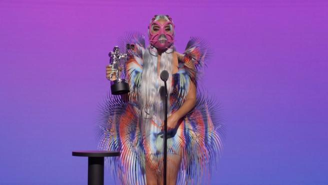 Eran la apuesta segura de la noche y no dieron la sorpresa, Lady Gaga y Ariana Grande se han hecho con nueve galardones, los más importantes en una gala atípica por la pandemia del coronavirus. A lo largo de la gala, que en algunos momentos se trasladó a los distintos barrios de Nueva York, como Manhattan, Brooklyn o El Bronx, para actuaciones en vivo al aire libre aunque sin apenas público presente.