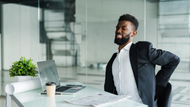 Las malas posturas en el trabajo desencadenan dolores de espalda.