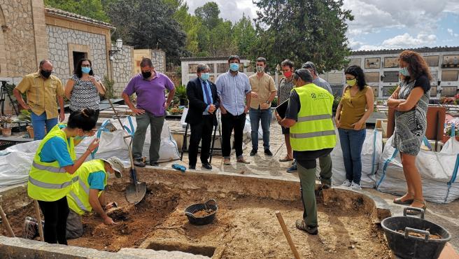 Tareas de exhumación de la fosa de Bunyola