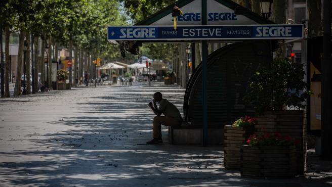 Un hombre descansa a la sombra en una calle de Lleida, capital de la comarca del Segrià, en Lleida, Catalunya (España).