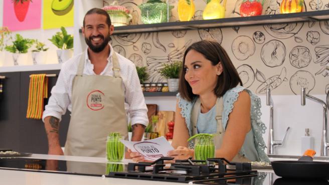 Tamara Falcó y el chef Javier Peña posan para el programa de 'Cocina al punto'.