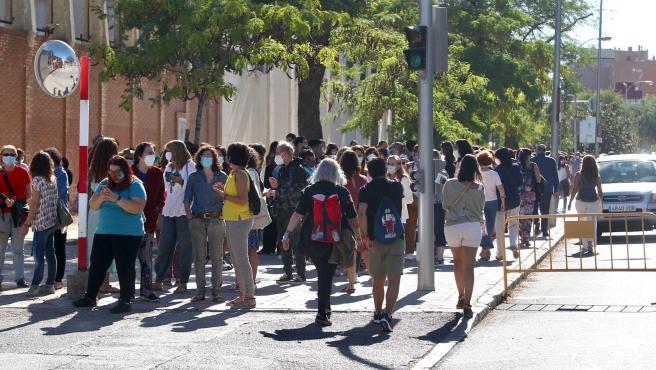 Aglomeraciones y largas colas en Madrid para las pruebas serológicas de Covid a los profesores.
