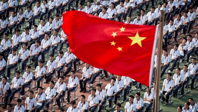 Estudiantes de secundaria de Wuhan (China) asisten a la ceremonia de apertura del nuevo semestre, tras la reapertura de los centros educativos que cerraron por la pandemia del coronavirus.