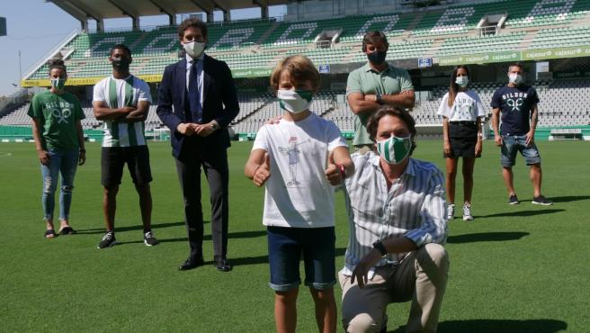 El CEO de Silbon, Pablo López, y el consejero delegado de Córdoba CF, Javier González Calvo, han presentado en el estadio municipal El Arcángel las nuevas camisetas, junto a jugadores de la plantilla femenina y masculina.