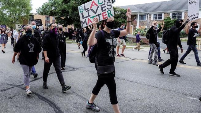 Manifestantes protestan en Kenosha (Wisconsin, EE UU), durante la visita a la ciudad del presidente estadounidense, Donald Trump.