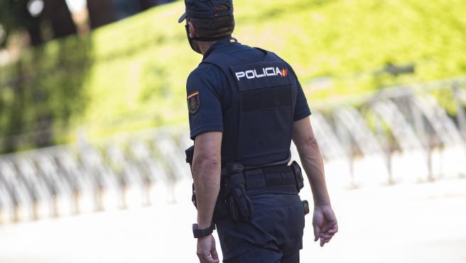 Un agente de la Policía Nacional, de espaldas, en servicio, en Madrid (España), a 14 de julio de 2020.