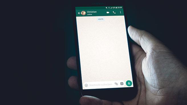 De momento, WhatsApp sólo permite escoger un fondo de pantalla igual para todos los chats